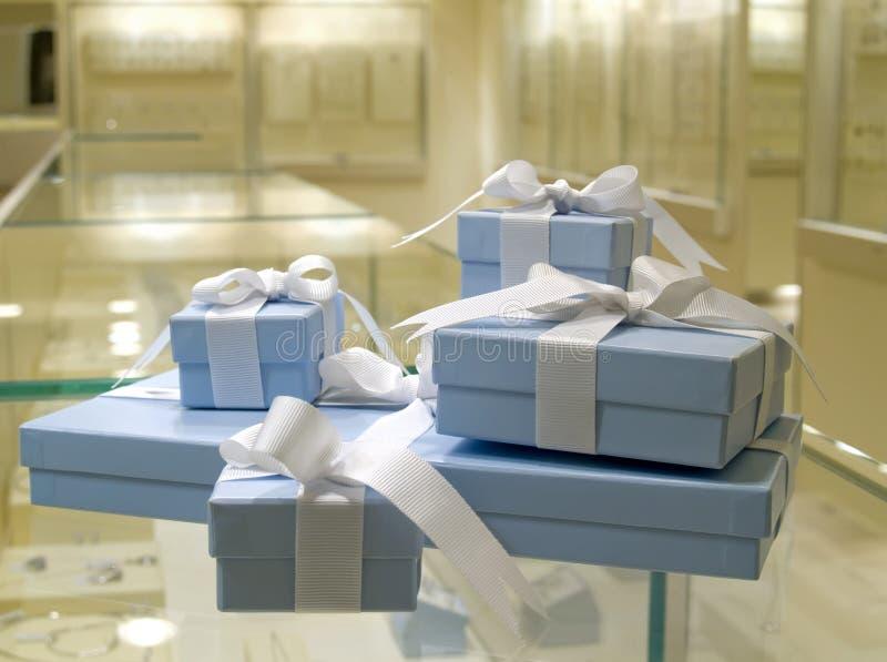 De huidige gift in jewerly winkelt royalty-vrije stock fotografie