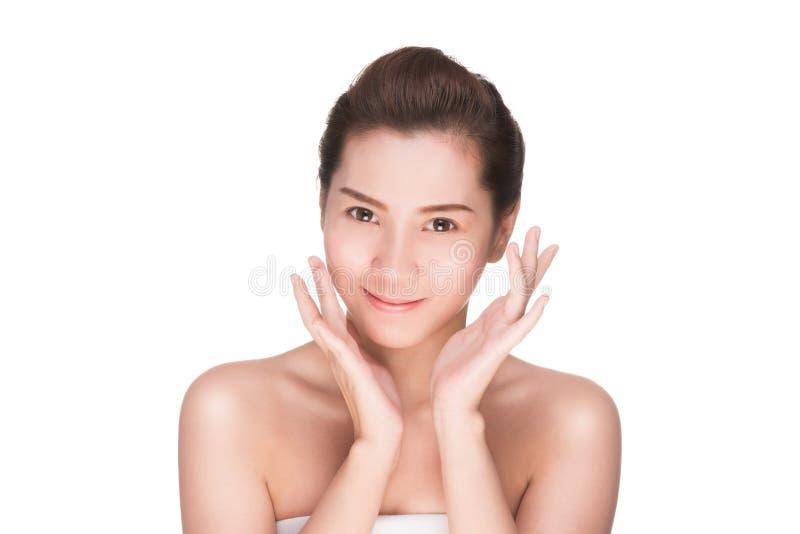 De huidzorg van de schoonheidsvrouw wat betreft gezicht royalty-vrije stock foto