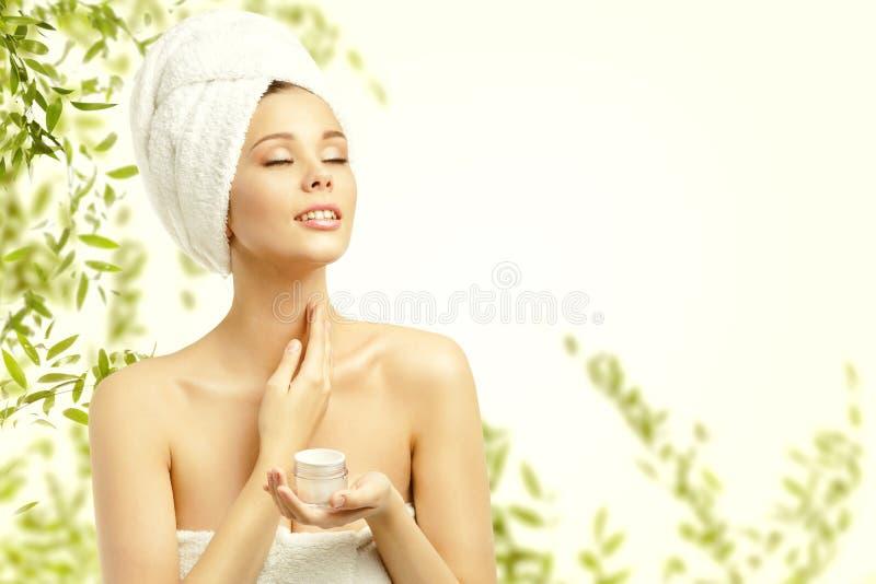 De Huidzorg van de vrouwenschoonheid, Modelapplying moisturizer aan Hals stock foto's