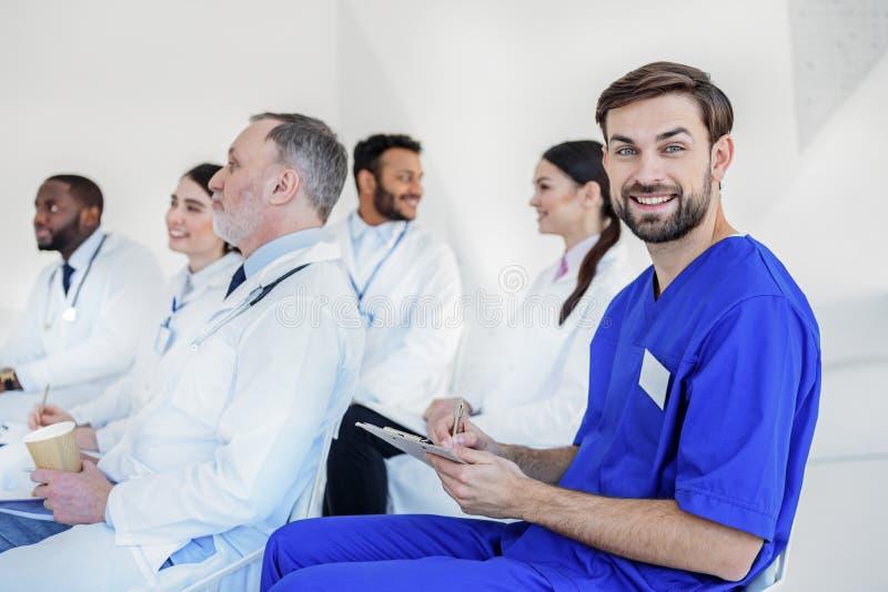 De huisartsen zijn geinteresseerd in medische lezing stock afbeeldingen