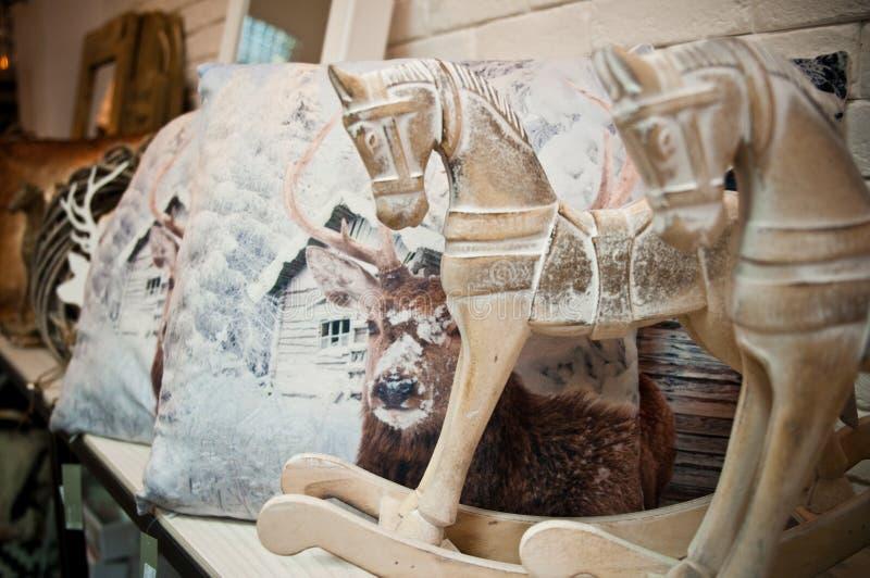 De huisdecoratie winkelen binnenland met paarden en hoofdkussens royalty-vrije stock foto's