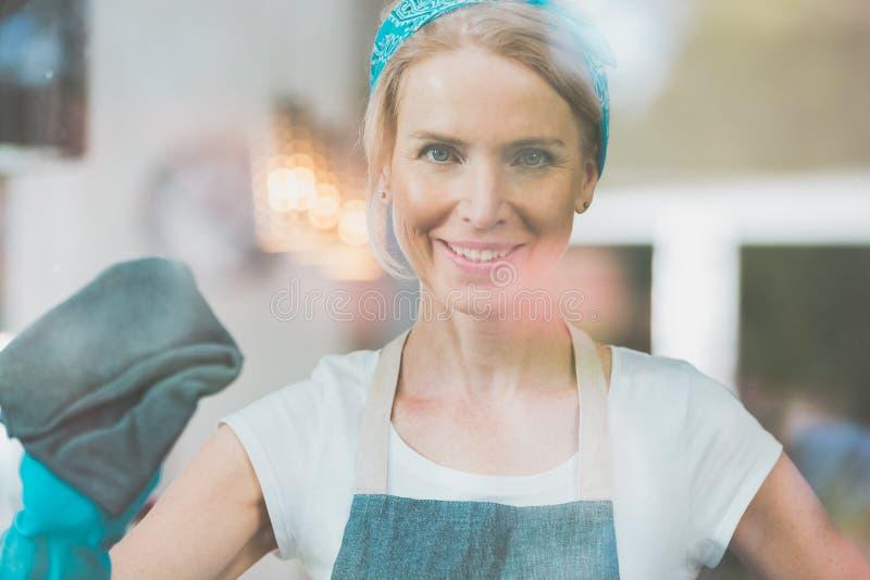 De huishoudster maakt het venster schoon royalty-vrije stock foto's