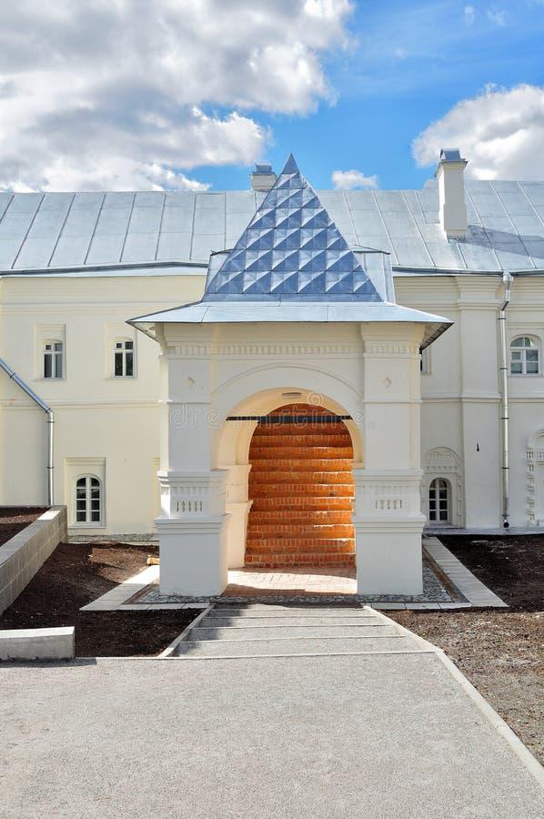 De huisvesting van vroeger van het klooster van Heilige Anthony in Veliky Novgorod, Rusland royalty-vrije stock afbeelding
