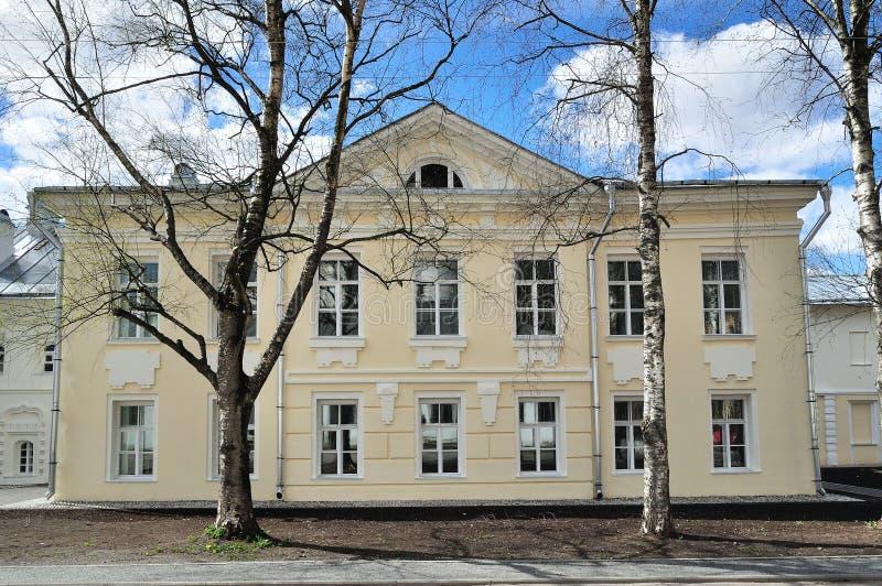 De huisvesting van vroeger van het klooster van Heilige Anthony in Veliky Novgorod, Rusland stock foto