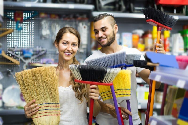 De huisvrouw kiest bezem voor het schoonmaken royalty-vrije stock foto
