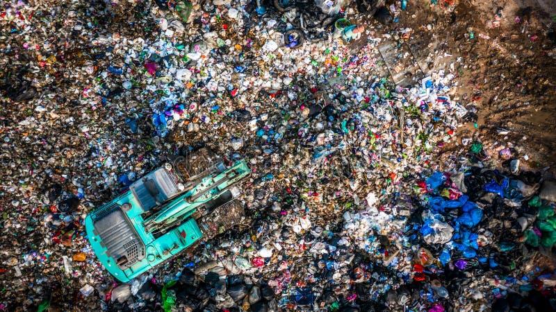 De huisvuilstapel in afvalstortplaats of stortplaats, Satellietbeeldvuilnisauto's maakt huisvuil aan een stortplaats leeg, het gl stock foto