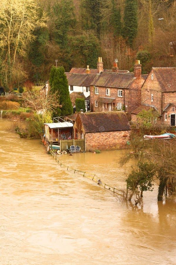 De huizen als Rivier Severn worden overstroomd barst zijn banken die stock afbeeldingen