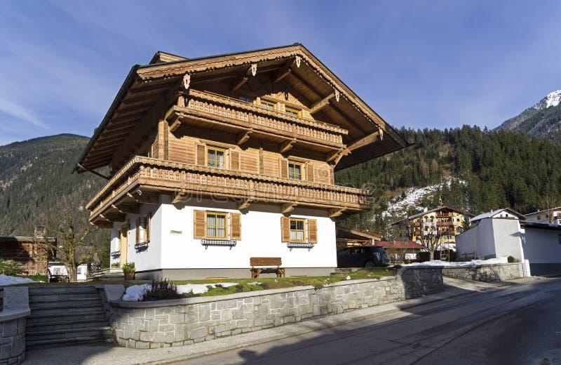 De huizen bouwden de traditionele Tiroolse stijl in Mayrhofen, Austr stock foto