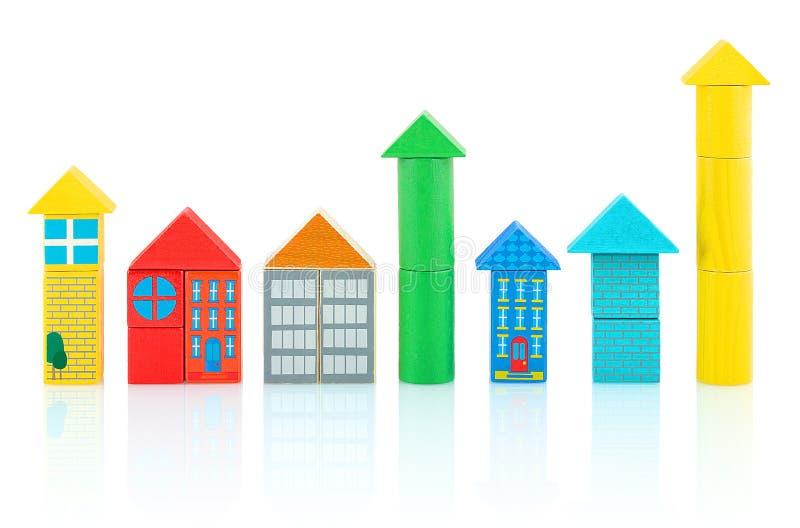 De huizen en de torens builded van kleurrijke houten die blokken op witte achtergrond met schaduwbezinning worden geïsoleerd royalty-vrije stock foto
