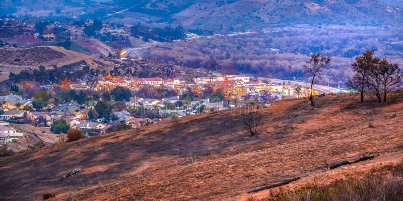 De huizen op de heuvels devasted door Lilac Brand royalty-vrije stock afbeeldingen
