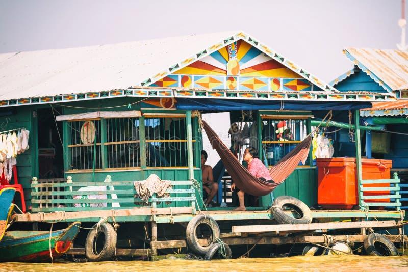 De huizen op stelten op het drijvende dorp van Kampong Phluk, Tonle-Sapmeer, Siem oogsten provincie, Kambodja royalty-vrije stock fotografie