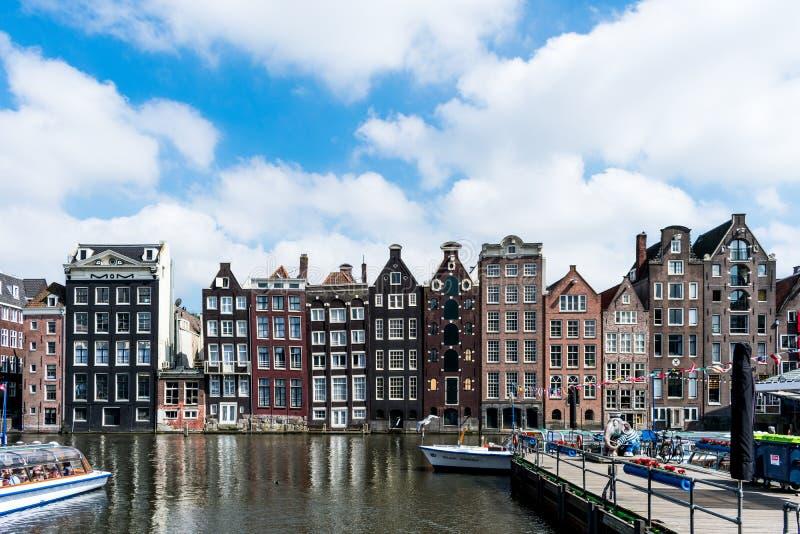 De huizen van Amsterdam op een chanel royalty-vrije stock afbeeldingen