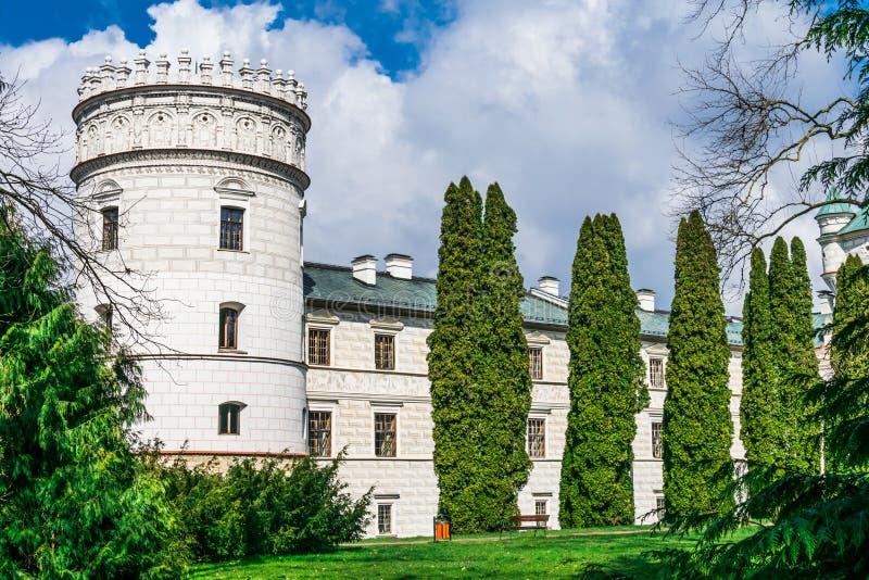 De huizen van de kasteeltoren door seizoengebonden installaties en deel o worden omringd dat royalty-vrije stock foto's