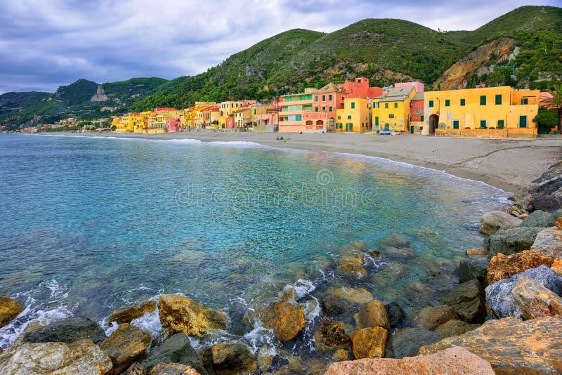 De huizen van de kleurrijke visser op de lagune Varigotti van het zandstrand, royalty-vrije stock afbeeldingen