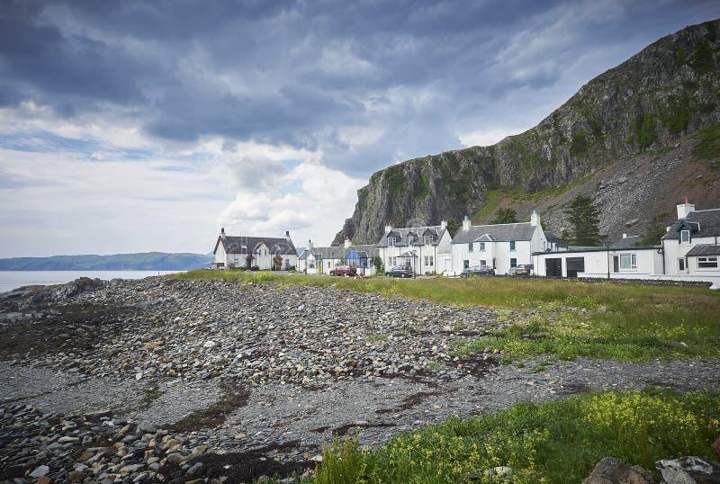 De huizen van het Easdaledorp in Argyle met een stormachtige het kijken hemel royalty-vrije stock foto's