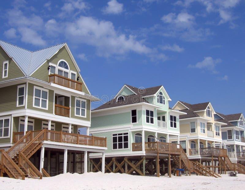 De Huizen van het strand op de Blauwe Achtergrond van de Hemel stock foto's