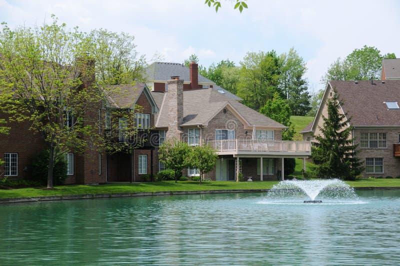 De Huizen van Lakefront stock afbeeldingen