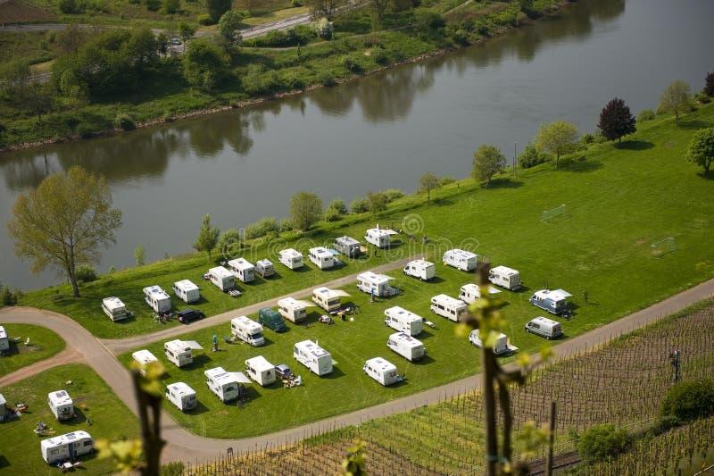 De huizen van Mobil dichtbij de rivier stock foto's