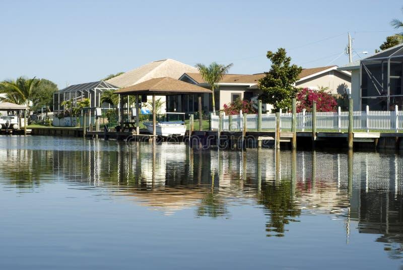 De Huizen van ReflectionTropical van het water en de Dokken van de Boot stock afbeeldingen