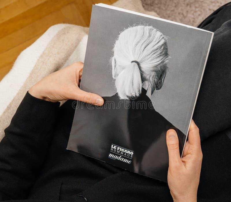 De Hulde van Le Figaro van de vrouwenlezing aan Karl Lagerfeld-doods achterdekking stock afbeelding