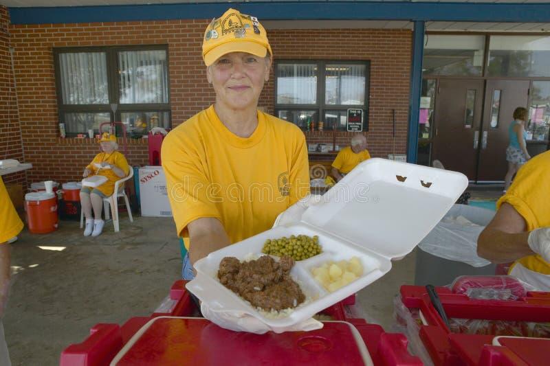 De hulparbeiders van Rood Kruis die voedsel aanbieden om na Orkaan Ivan te vermoeien raken Pensacola Florida royalty-vrije stock afbeeldingen