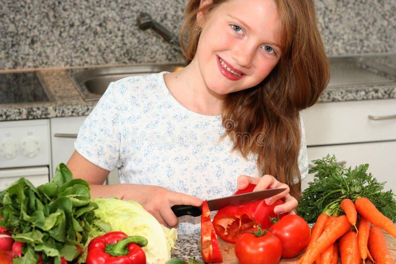De hulpmamma van het meisje in de keuken stock fotografie