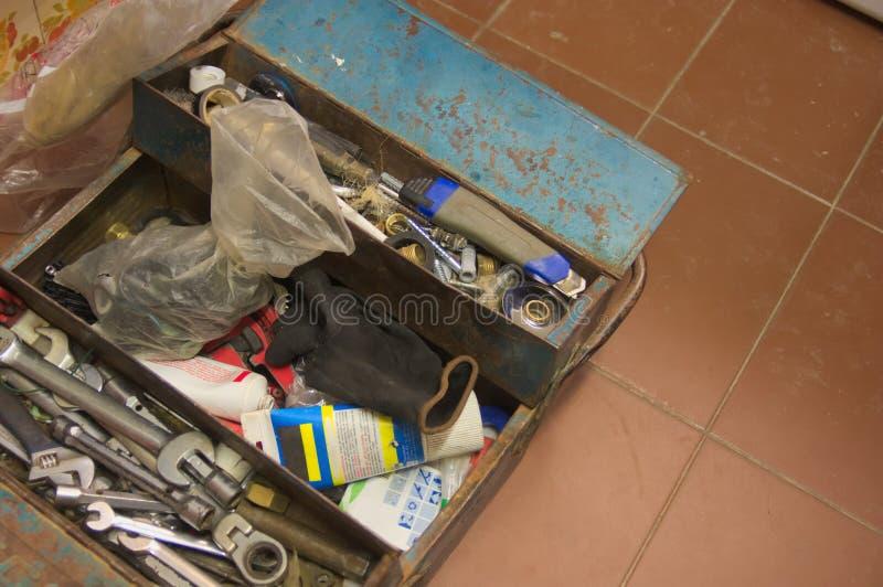 de hulpmiddeldoos van een loodgieter die het huiswerk doet had op loodgieterswerk betrekking royalty-vrije stock afbeeldingen