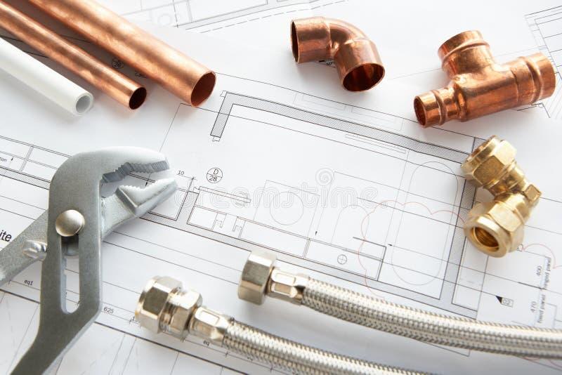 De hulpmiddelen en de materialen van het loodgieterswerk stock foto's
