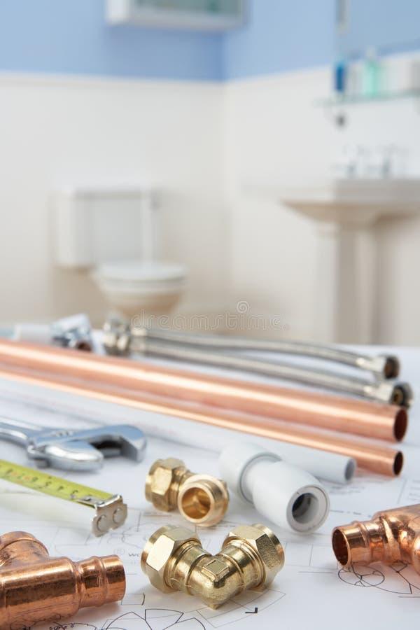 De hulpmiddelen en de materialen van het loodgieterswerk royalty-vrije stock foto