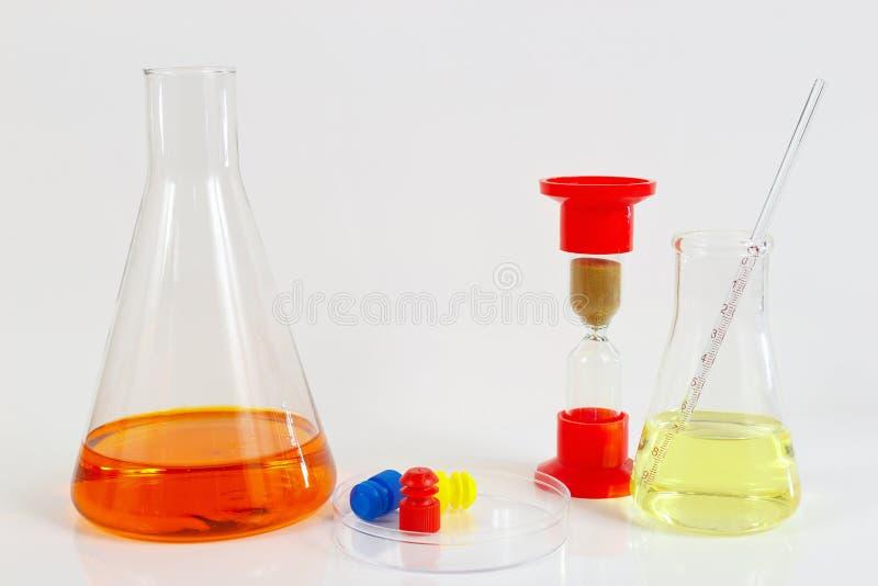 De hulpmiddelen en het materiaal voor geneesmiddel analyseren op witte achtergrond royalty-vrije stock foto's