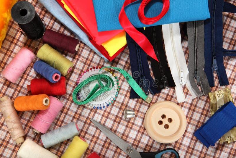 De hulpmiddelen van de kleermaker op heldere achtergrond royalty-vrije stock foto
