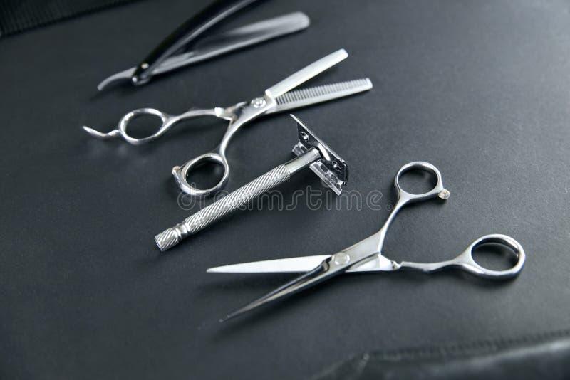 De hulpmiddelen van de haarsalon Barber Scissors And Shaving Equipment stock foto's