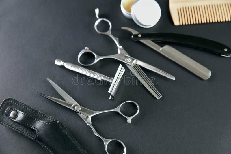 De hulpmiddelen van de haarsalon Barber Scissors And Shaving Equipment royalty-vrije stock fotografie