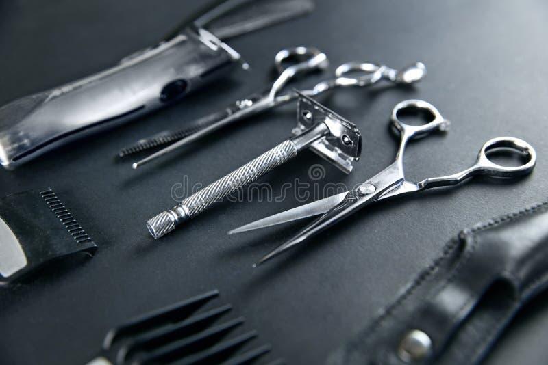 De hulpmiddelen van de haarsalon Barber Scissors And Shaving Equipment stock foto