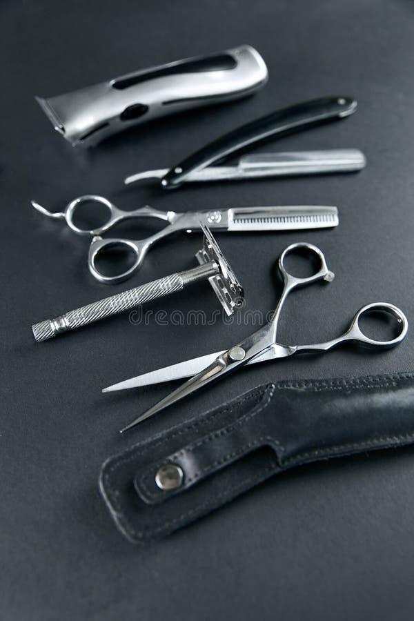 De hulpmiddelen van de haarsalon Barber Scissors And Shaving Equipment royalty-vrije stock foto's