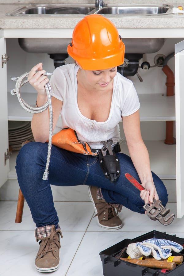De hulpmiddelen van het Clutchingsloodgieterswerk om te werken stock foto's