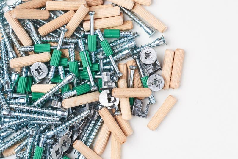 De hulpmiddelen van de meubilairassemblage zonderling en confirmatte op een witte geïsoleerde achtergrond royalty-vrije stock foto