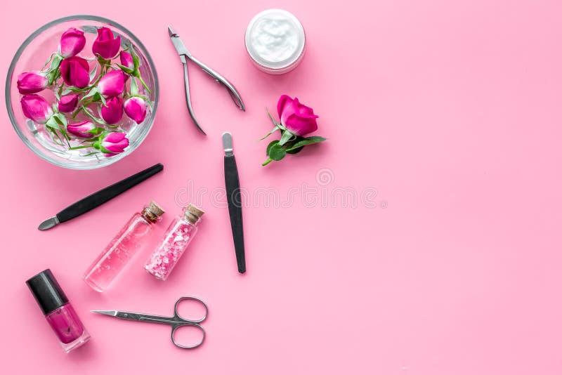 De hulpmiddelen voor manicure met kuuroordzout en namen op roze achtergrond hoogste meningsmodel toe stock foto's