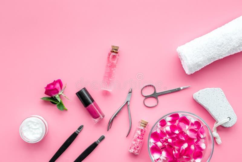 De hulpmiddelen voor manicure met kuuroordzout en namen op roze achtergrond hoogste meningsmodel toe stock afbeelding