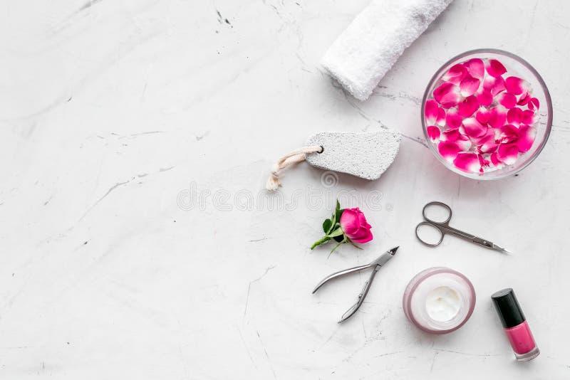 De hulpmiddelen voor manicure met kuuroordzout en namen op witte steen achtergrond hoogste meningsruimte toe voor tekst royalty-vrije stock foto
