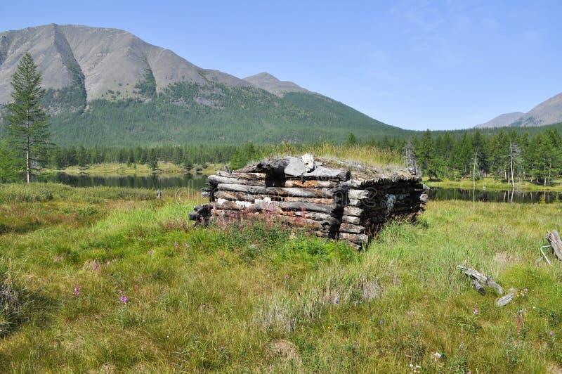 De hut van de jager op de kust van het meer. royalty-vrije stock foto's