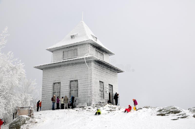 De hut van de observatie op de heuvel in de winter Sitno stock fotografie