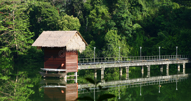 De hut van het stro over water stock fotografie