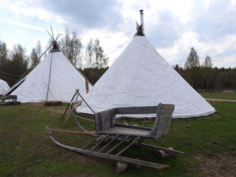 De hut van Nenetsherders voor de zomer op een weide, op een duidelijke dag royalty-vrije stock afbeeldingen