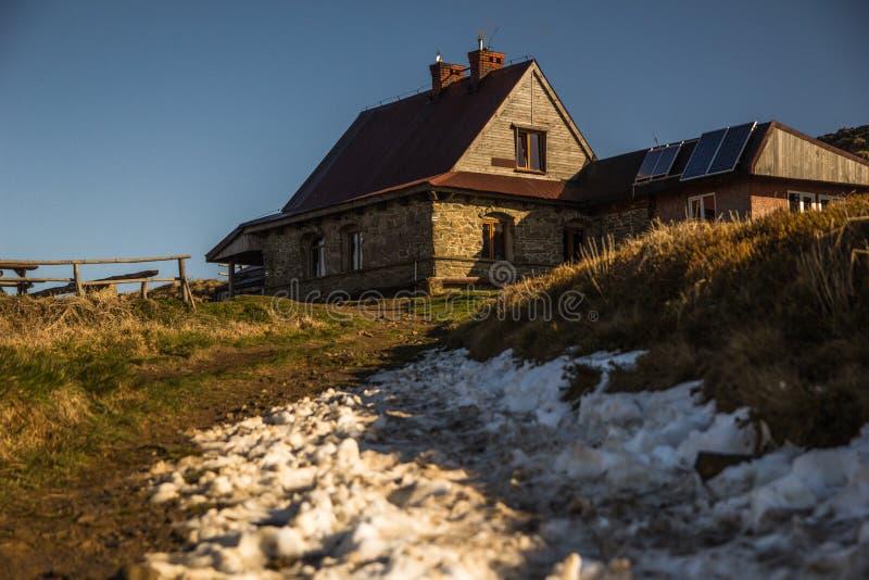 De hut van Pooh ` s van de berghut op de bovenkant van een berg in Bieszczady royalty-vrije stock foto