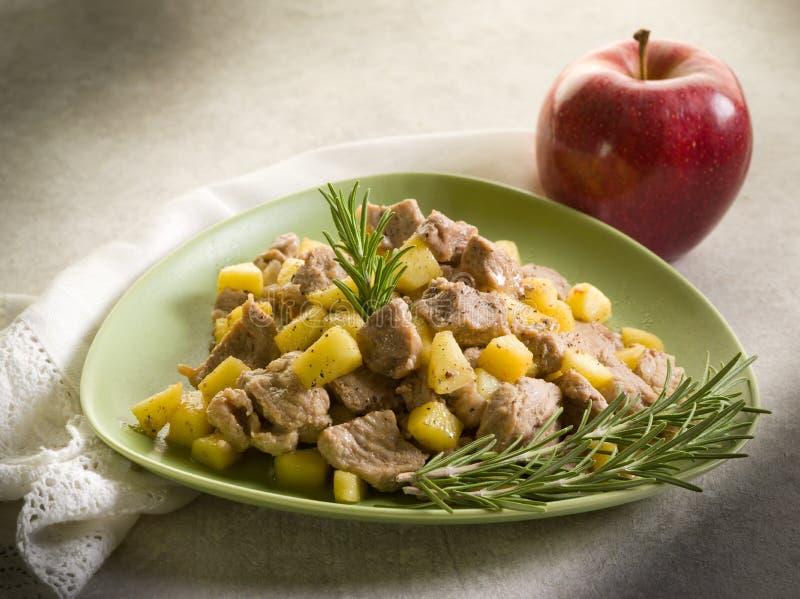 De hutspot van het kalfsvlees met appel royalty-vrije stock afbeelding