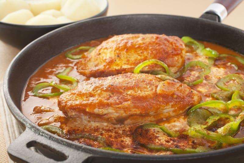 De Hutspot van de Paprika van de kip in een Koekepan van het Gietijzer royalty-vrije stock foto
