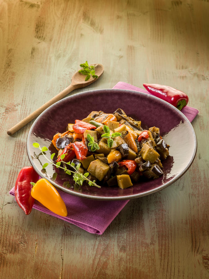De hutspot van Seitan met aubergine royalty-vrije stock foto