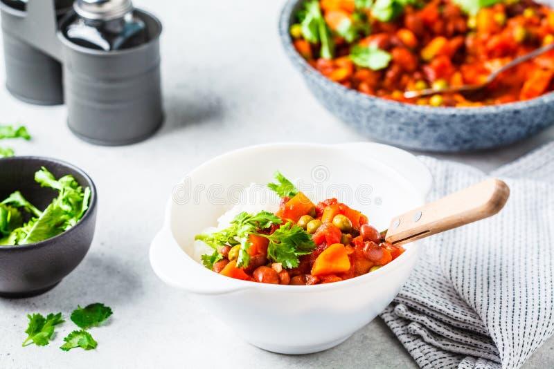 De hutspot van de veganistboon met tomaten en rijst in een pan over witte achtergrond royalty-vrije stock afbeeldingen