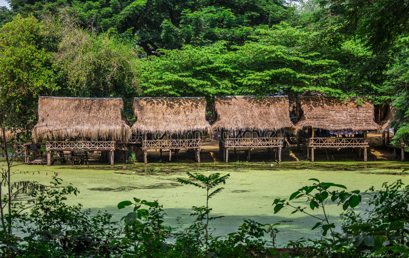 De Hutten van het Nipabamboe bij het Witte Zandstrand met palmen royalty-vrije stock foto